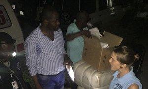 Livraison de kits pour lutter contre le choléra aux Cayes, Haïti, après que la zone ait été ravagée par le cyclone Matthew.