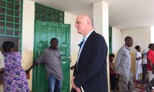 En octobre 2016, le Conseiller spécial David Nabarro rencontre des Haïtiens à Jérémie, qui a été très affectée par l'ouragan Matthew. Photo ONU Haïti