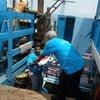 من الأرشيف - إنزال مساعدات إنسانية في ميناء الحديدة، اليمن.