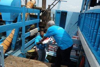 Des provisions d'aide humanitaire en train d'être déchargées dans le port d'Hodeidah, au Yémen.