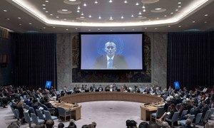 Sur un écran, le Coordonnateur spécial pour le processus de paix au Moyen-Orient, Nickolay Mladenov, devant le Conseil de sécurité. Photo ONU/Kim Haughton