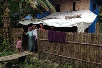 这个若开邦的罗兴亚家庭流离失所已经长达四年。综合区域信息网图片/Julia Wallace