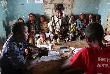 Distribution d'argent liquide à Tsihombe, à Madagascar. Photo PAM/David Orr