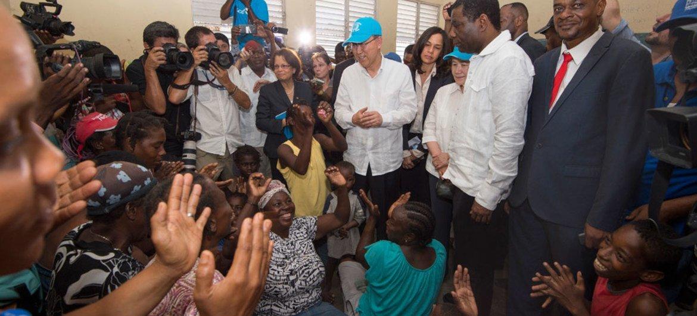 Le Secrétaire général des Nations Unies, Ban Ki-moon, (au centre), visite un abri temporaire pour les victimes de l'ouragan Matthew aux Cayes, en Haïti, lors d'un déplacement le 15 octobre 2016 pendant lequel il a rencontré les communautés, les représentants du gouvernement et les travailleurs humanitaires. Photo ONU/Eskinder Debebe