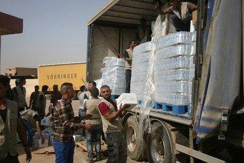L'UNICEF et son partenaire WEO décharge de l'eau et des kits d'hygiène à Al Houd, gouvernorat de Ninewa, situé au sud de Mossoul, qui a été repris par les forces de sécurité iraquiennes le 17 octobre 2016.