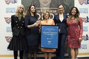 La Secrétaire générale adjointe pour la communication et l'information, Christina Gallach (centre), lors de la désignation de Wonder Woman comme Ambassadrice honoraire de l'ONU pour l'autonomisation des femmes et des filles. Photo ONU/Kim Haughton