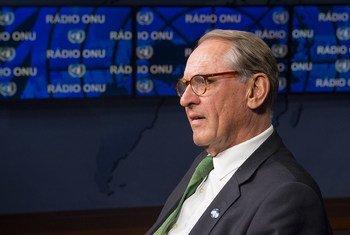 El vicesecretario general de la ONU, Jan Eliasson, durante una entrevista con el Centro de Noticias de Naciones Unidas. Foto: ONU/Eskinder Debebe