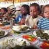 Para muchos niños del sur de Madagascar, el almuerzo escolar es su único alimento del día. Foto: PMA/David Orr