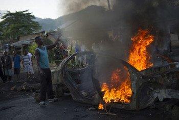 حاجز  مشتعل في حي موساغا بوجومبورا، في بوروندي. المصدر: فيل مور / إيرين