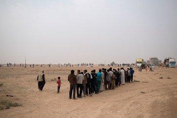 Des Iraquiens qui ont fui des villages au sud de Mossoul reçoivent de l'aide humanitaire d'agences de l'ONU. Photo UNICEF/UN037067/Mackenzie