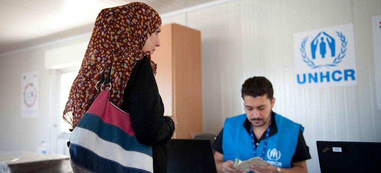 Le HCR fournit une aide en espèces à des personnes déplacées à Al NAbek, dans la campagne de Damas, en Syrie. Photo OCHA. Credit UNHCR.