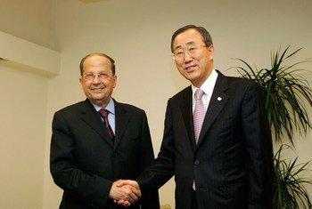 Le Secrétaire général Ban Ki-moon (à droite) avec Michel Aoun, à Beyrouth, au Liban, en mars 2007. Photo ONU/Evan Schneider