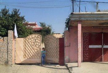 Девочка вышла   за ворота своего дома в городе Мосул, где бесчинствует ИГИЛ и  ведется наступательная военная операция.  Фото ЮНИСЕФ