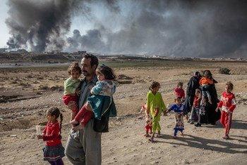 Une famille déplacée par les combats dans le village de Shora, à 25 kilomètres de Mossoul, en Iraq. Photo HCR/Ivor Prickett