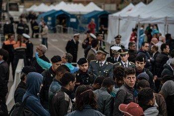Des réfugiés et migrants débarquent d'un navire espagnol à Palerme en Sicile en mai 2016. Photo UNICEF/Ashley Gilbertson VII