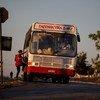 Un bus prend une passagère dans la ville de Taiobeiras, dans l'Etat de Minas Gerais, Brésil. Photo UNICEF/Ueslei