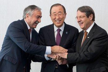 Ban Ki-moon (al centro) con los líderes turcochipriota, Mustafa Akinci (izquierda), y grecochipriota, Nicos Anastasiades (derecha). Foto: ONU/Jean-Marc Ferré