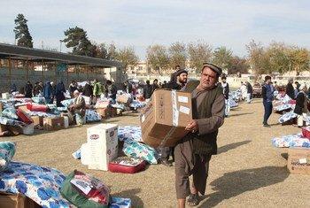 أرشيف: مدنيون يتلقون المساعدات في أفغانستان.الصورة: UNAMA