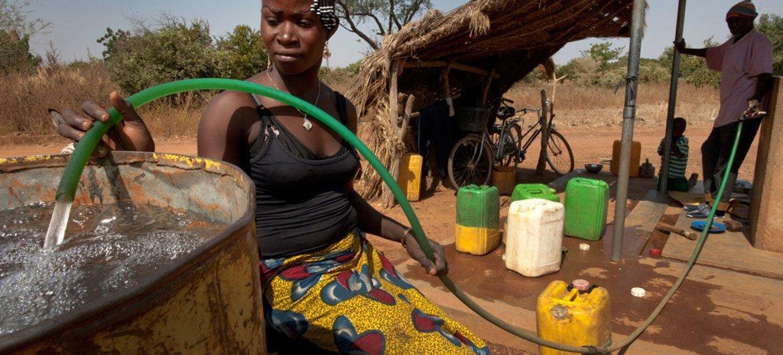 Une femme dans le village de Badnoogo, au Burkina Faso, collecte de l'eau propre. Photo Banque mondiale/Dominic Chavez