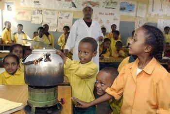 Des enfants font un test scientifique dans une salle de classe à Harar, en Ethiopie.