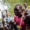 Una madre sursudanesa escucha consejos médicos para tratar a su hijo que sufre desnutrición aguda. Foto: UNICEF/Kate Holt