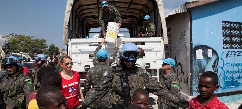 The UN Mission in Haiti Community Violence Reduction section (CVR) undertakes a joint pilot project with the Direction Nationale de l'Eau Potable et de l'Assainissement (DINEPA) to install water filter systems and provide hygiene training in Cité Soleil, Port au Prince.