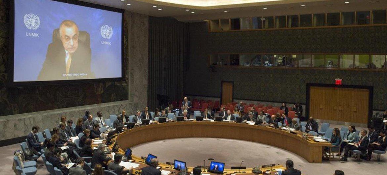 Zahir Tanin (à l'écran), Représentant spécial du Secrétaire général et Chef de la Mission d'administration intérimaire des Nations Unies au Kosovo (MINUK), informe le Conseil de sécurité.