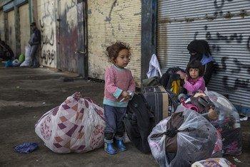 Una niña vigila las pertenencias de su familia en Mosul. Foto: ACNUR/Ivor Prickett
