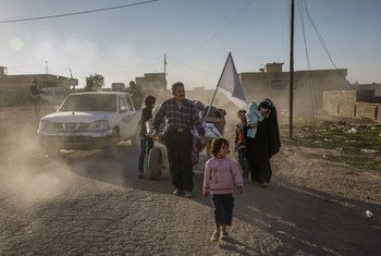 Une famille iraquienne dans les faubourgs de Mossoul après avoir fui leur domicile le matin même. Photo HCR/Ivor Prickett