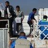 أرشيف: عمال يقومون بتحميل مساعدات برنامج الأغذية العالمي على شاحنة في الموصل.