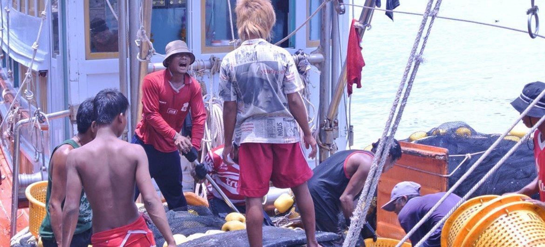 Des travailleurs migrants à bord d'un navire de pêche thaïlandais. Photo OIT (archives)
