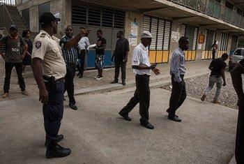 Гаитянская полиция обеспечивает правопорядок в ходе выборов.   Фото  ООН