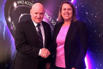 L'ancien astronaute américain Scott Kelly, le 'Champion des Nations Unies pour l'espace' avec la Directrice du Bureau des Nations Unies pour les affaires spatiales (UNOOSA), Simonetta Di Pippo.