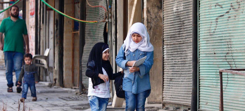 Dos niñas, en su camino de vuelta a casa tras asistir a clase en Alepo oriental, Siria. Foto: UNICEF/Rami Zayat
