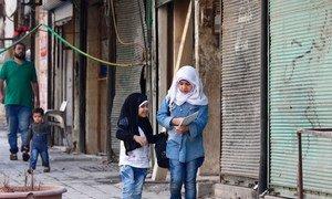 Deux petites filles rentrent de l'école chez elles dans l'est d'Alep, en Syrie. Photo UNICEF/Rami Zayat
