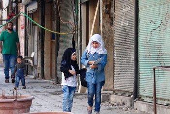 Две девочки идут домой  из школы   в восточной части  Алеппо в Сирии. Фото ЮНИСЕФ