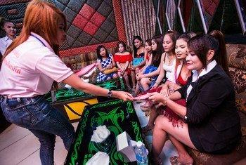 柬埔寨青少年在卡拉OK歌厅向同龄人宣传预防艾滋病的知识。全球基金图片/John Rae