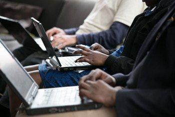 أشخاص يستخدمون أجهزة الكمبيوتر في مقهى للانترنت في نيروبي بكينيا.