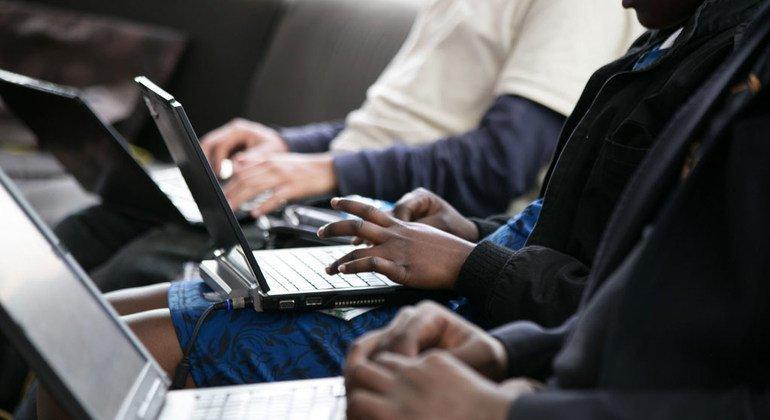 «Фейковые новости», сексуальная эксплуатация, травля - это лишь несколько проблем, связанных с регулированием интернета.