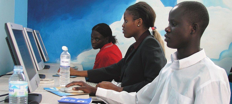 Des jeunes utilisant des ordinateurs dans un café Internet à Kampala, en Ouganda.