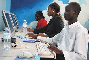 乌干达年轻人在上网。