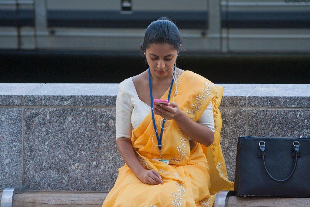 一名少女正在查看手机信息。
