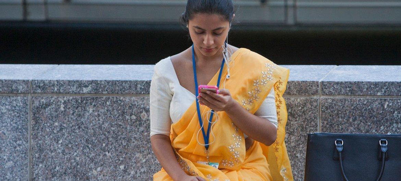 Una joven revisa sus correos electrónicos. Foto: Banco Mundial/Simone D. McCourtie