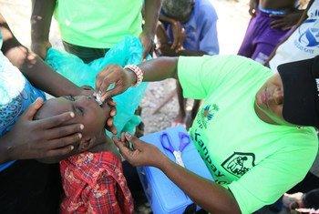 Una enfermera administra la vacuna contra el cólera en Figuers,Haití.
