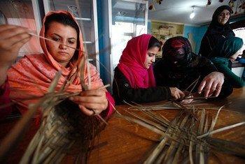 阿富汗妇女在编织篓筐。联阿援助团/Fardin Waezi
