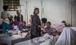 在海地一个医疗中心接受治疗的霍乱病人。(资料照片)