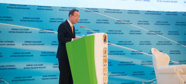 Le Secrétaire général de l'ONU, Ban Ki-moon, à l'ouverture de la Conférence mondiale sur le transport durable à Achgabat, au Turkménistan. Photo ONU/Amanda Voisard