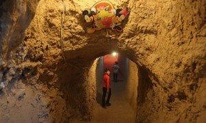 """En Syrie, Abdulaziz, 10 ans, se rend au """"Monde de l'enfance"""" un terrain de jeu sous terre.Photo UNICEF/ Alshami"""