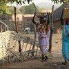 Mujeres de Gordil, en la República Centroafricana, llevan comida y agua a sus casas. Foto: OCHA / Gemma Cortes