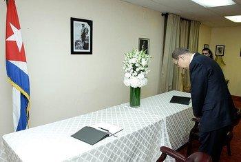 Ban Ki-moon, en la firma del libro de condolencias por el fallecimiento de Fidel Castro en la Misión de la ONU ante Naciones Unidas, en Nueva York. Foto: ONU/Evan Schneider